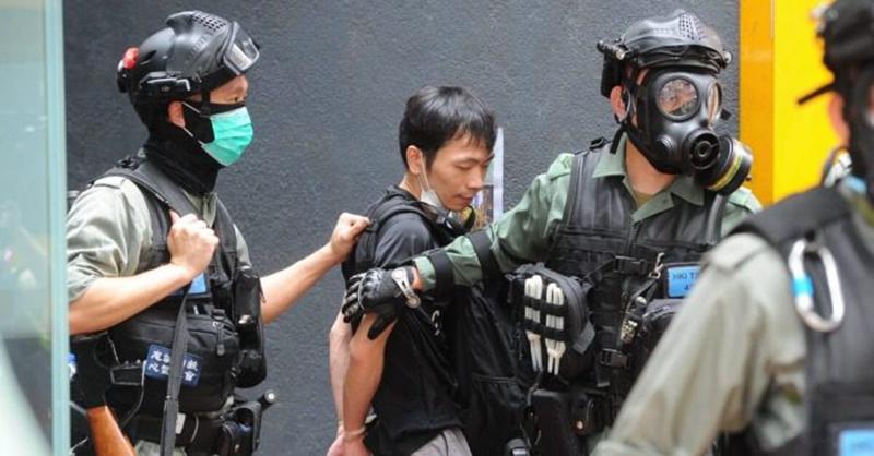 Cảnh sát bắt giữ người biểu tình tại Wanchai, Hong Kong ngày Chủ nhật 24/5/2020, (Ảnh: YAN ZHAO/AFP via Getty Images)