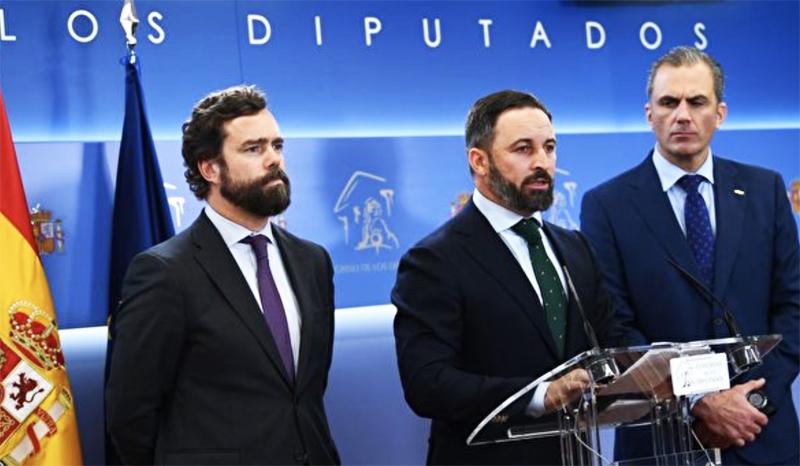 Lãnh đạo của đảng VOX là ông Santiago Abascal (giữa) và người đứng thứ hai là Tổng thư ký Javier Ortega Smith (phải) từng bị nhiễm viêm phổi Vũ Hán.