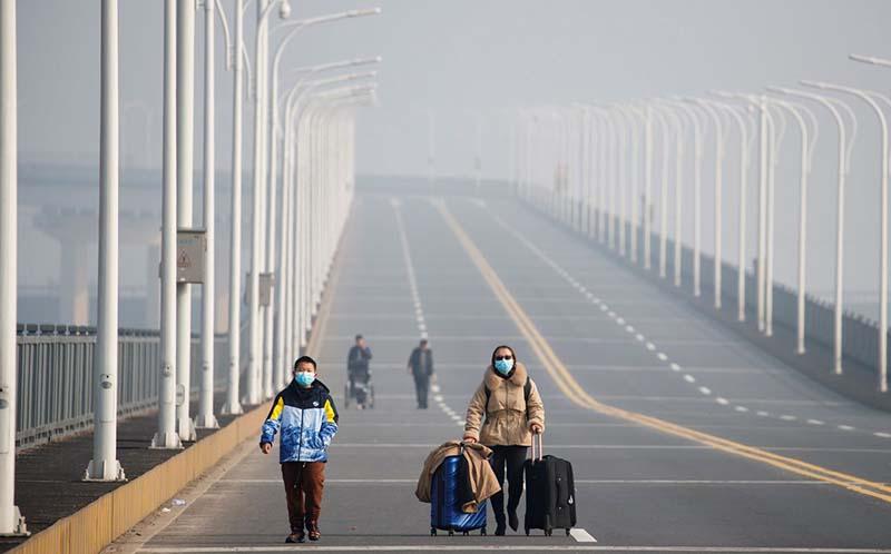 lưu lượng giao thông giảm dần ở trên đường phố tại Vũ Hán.