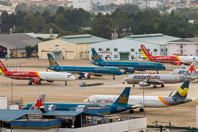 Máy bay đậu tại bãi đỗ sân bay Tân Sơn Nhất trong thời điểm giãn cách xã hội. (Ảnh qua vnexpress)