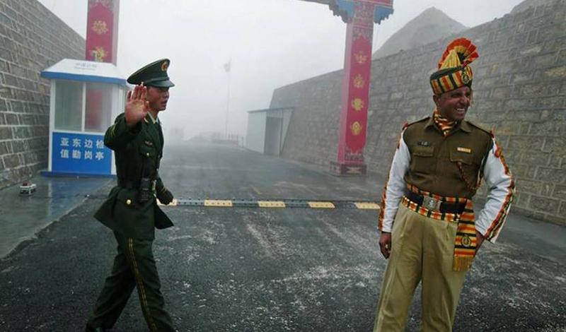 Quân nhân Trung - Ấn tại đường biên giới giữa 2 nước tại khu vực bang Sikkim, Ấn Độ