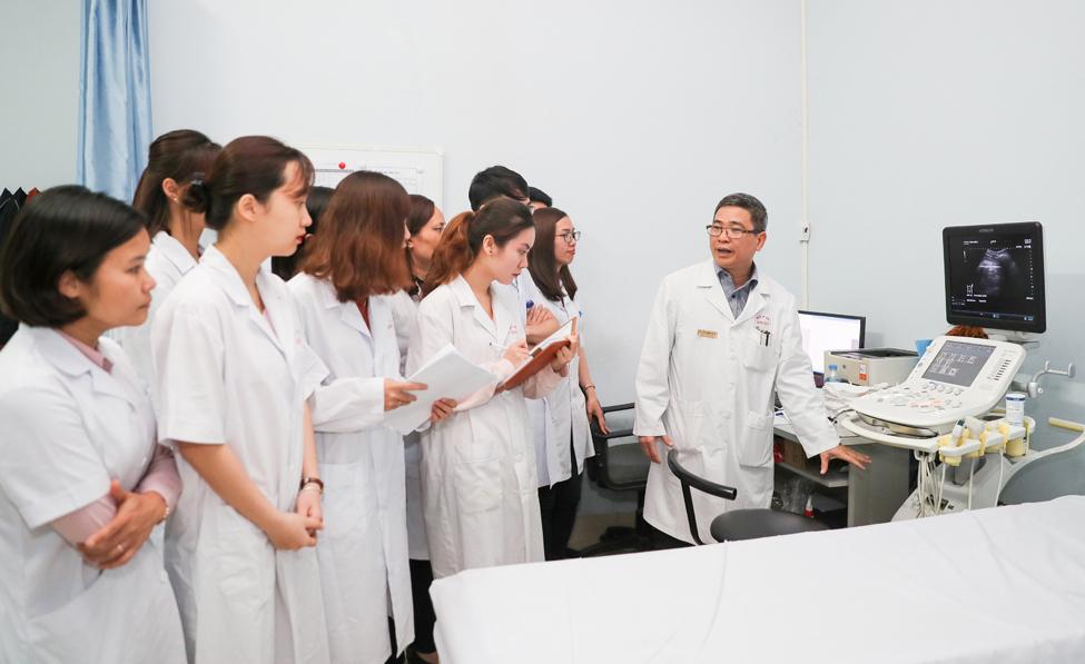 Sinh viên khoa Y dược, Đại học Quốc gia Hà Nội trong một tiết học thực hành. (Ảnh qua vnexpress)