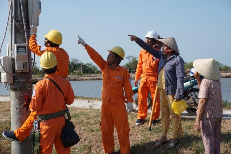 Công nhân Điện lực Châu Thành kiểm tra sửa chữa điện ở Trà Vinh. (Ảnh qua EVN)