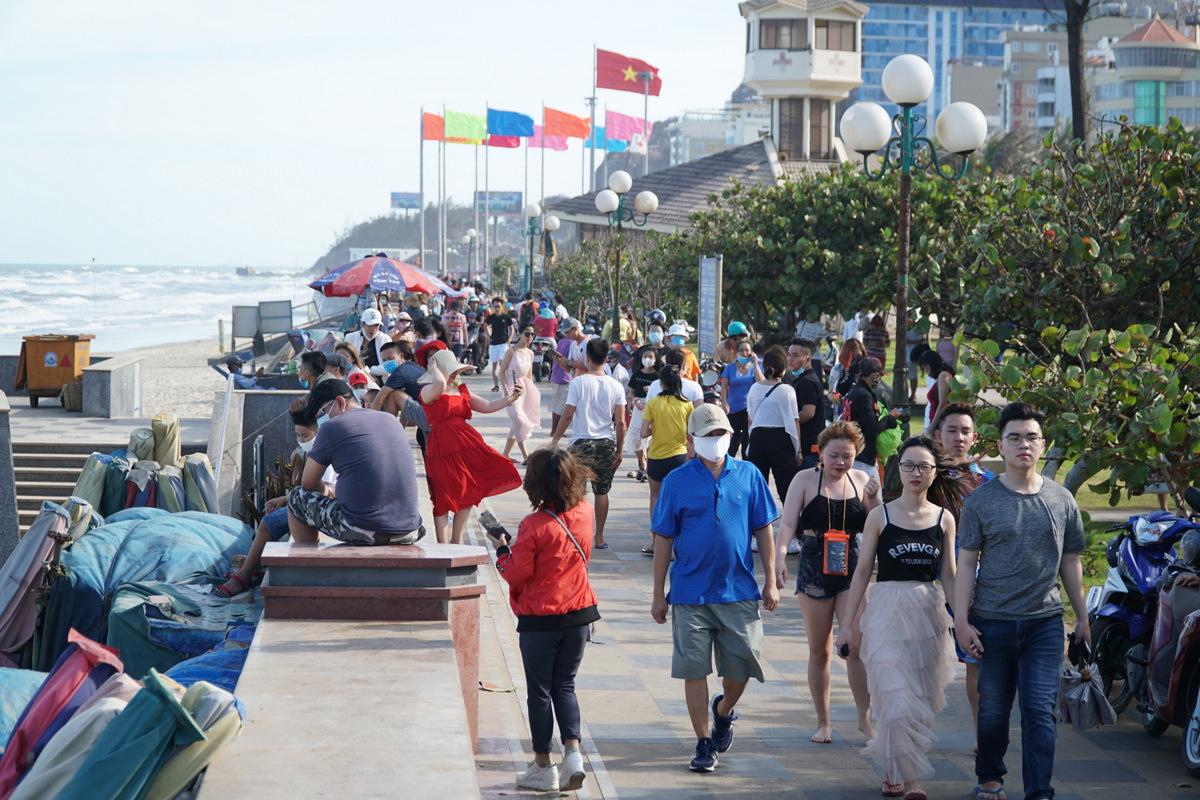 Thanh Hóa, Nghệ An, Quảng Ngãi mở cửa bãi biển trở lại; Vũng Tàu vẫn cấm - Ảnh 3