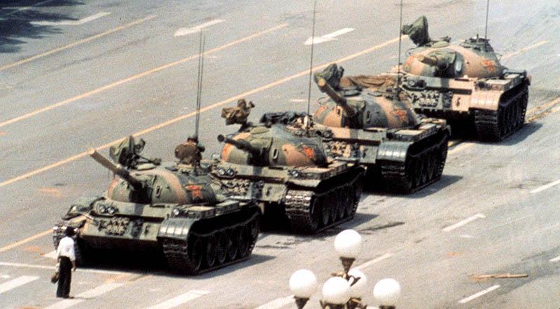 Một thanh niên Trung Quốc đứng giữa đường ngăn dòng xe tăng hướng về đại lộ Tràng An ở Bắc Kinh, ngày 5/6/1989.