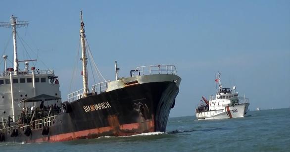 Tàu cảnh sát biển đang chặn để dừng tàu Siam Varich để kiểm tra. (Ảnh qua tuoitre)