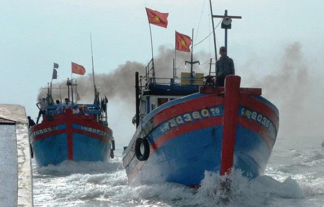 Tàu ngư dân Bình Châu tiến ra Hoàng Sa sau ngày hội mở biển. (Ảnh qua tuoitre)