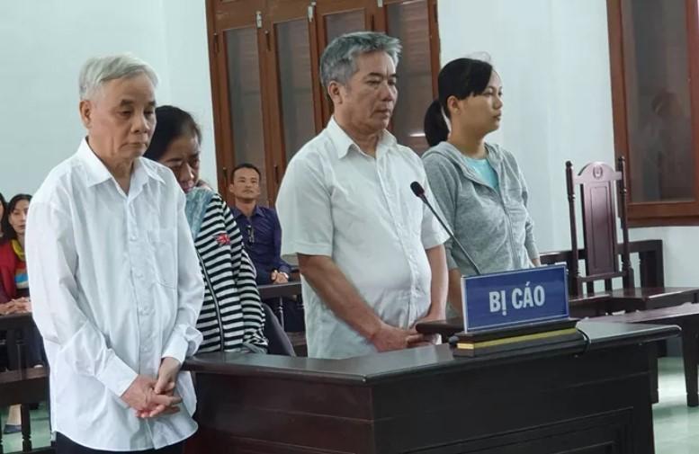 Bị cáo Lê Văn Phước (trái) cùng các bị cáo trong vụ án tham ô. (Ảnh qua nld)
