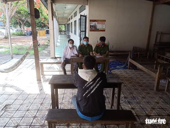 Trần Văn Nam được sự vận động của gia đình nên đã ra trình diện với Ban chỉ đao phòng chống dịch viêm phổi Vũ Hán huyện An Phú. (Ảnh qua tuoitre)