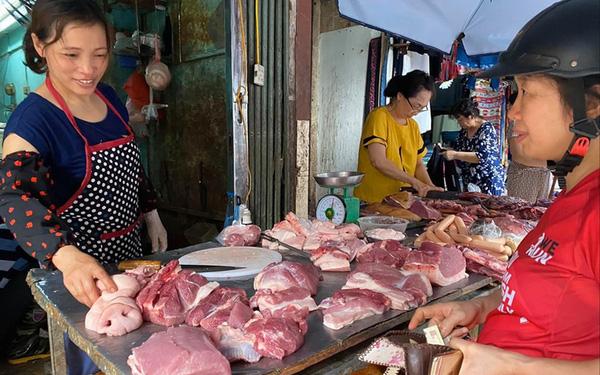 Giá lợn tại chợ truyền thống tăng từng ngày khiến người dân phải thắt chặt chi tiêu. (Ảnh qua tienphong)