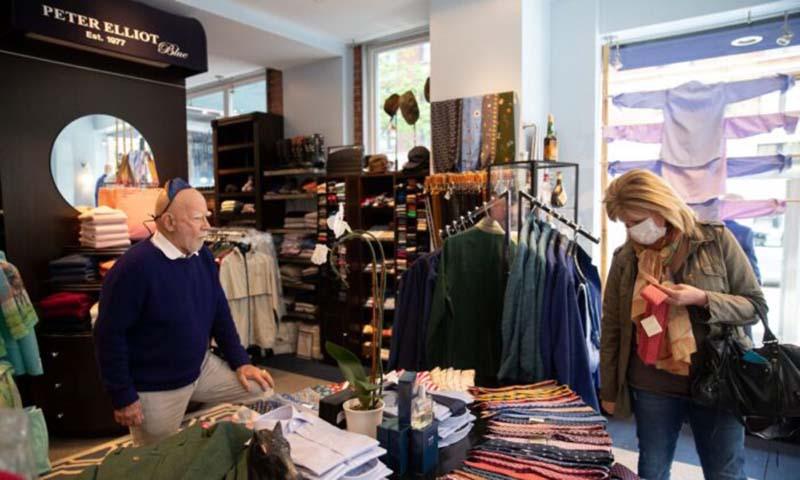 Eliot Rabin, chủ cửa hàng đang mở cửa hàng của mình vì anh ta phản đối lệnh của nhà nước coi việc kinh doanh của mình là không thiết yếu.