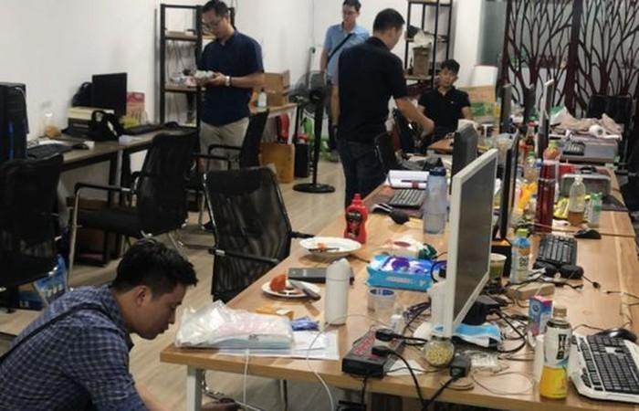 Lực lượng CSHS cùng với các đơn vị phối hợp đồng loạt kiểm tra các trụ sở nơi đặt đại lý đường dây tổ chức đánh bạc, đánh bạc trên mạng. (Ảnh qua doisongphapluat)