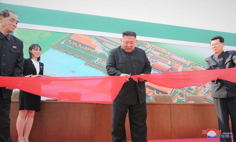 Ông Kim Jong-un (giữa) cắt băng khánh thánh nhà máy phân bón Sunchon hôm 1/5. (Ảnh do KCNA cung cấp)