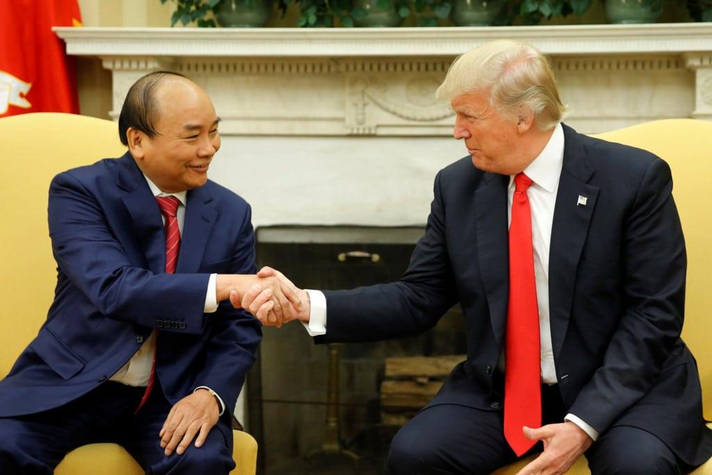 Tổng thống Mỹ Donald Trump bắt tay Thủ tướng Việt Nam Nguyễn Xuân Phúc tại phòng Bầu Dục của Nhà Trắng ngày 31/5/2017. (Ảnh qua trithuc)