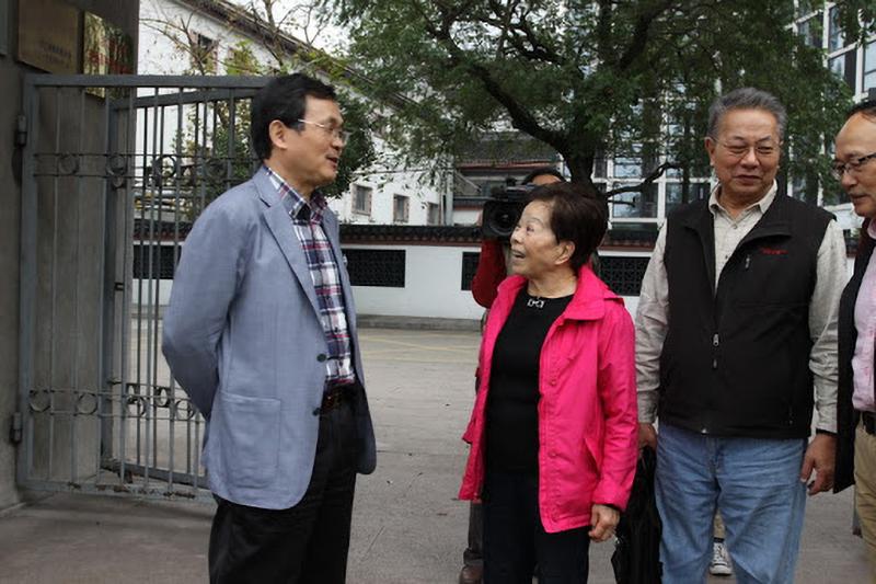 Nữ nhà văn người Mỹ Vu Lê Hoa trong chuyến tham quan trường cũ.