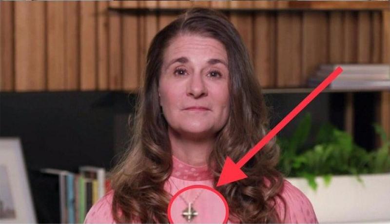 bà Melinda Gates đã đeo một chiếc vòng cổ có hình giống như cây thánh giá bị lộn ngược.