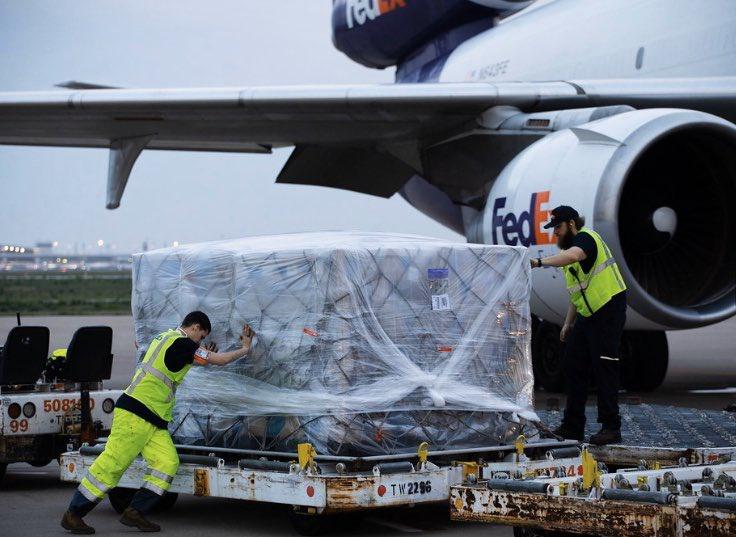 Lô hàng 450.000 bộ đồ bảo hộ được gửi từ Việt Nam sang Mỹ để hỗ trợ cuộc chiến chống đại dịch viêm phổi Vũ Hán. (Ảnh qua Zing)