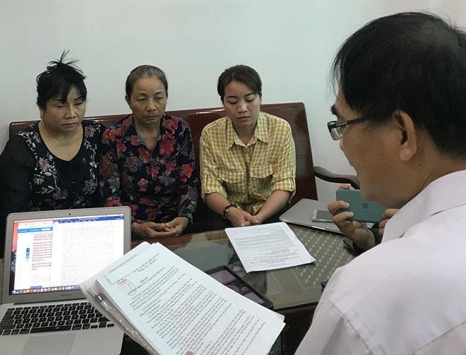 Luật sư Trần Hồng Phong cùng gia đình trao đổi về chứng cứ được cho là ngoại phạm mới của Hồ Duy Hải. (Ảnh qua thanhnien)