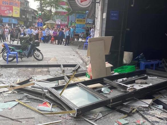 Tại hiện trường, sức ép của vụ nổ đã khiến nhiều đồ đạc bên trong quán bị hư hại. (Ảnh qua tuoitre)