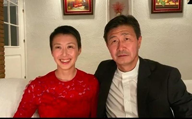 Hác Hải Đông và vợ trả lời phỏng vấn truyền thông.