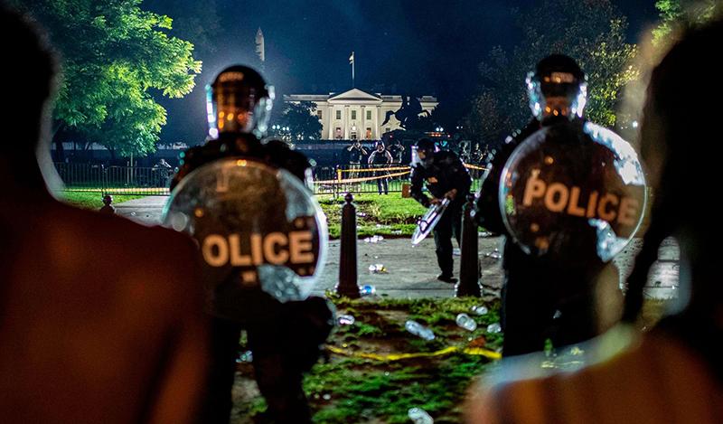 Cảnh sát giữ gìn trật tự gần Nhà Trắng.