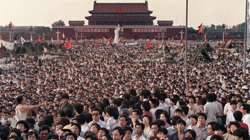 Hàng ngàn người tập trung tại Quảng trường Thiên An Môn biểu tình đòi quyền dân chủ vào ngày 2 tháng 6 năm 1989.