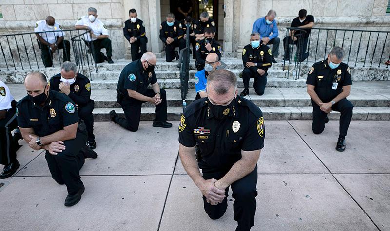 Cảnh sát Mỹ quỳ gối tại Coral Gables, bang Florida để thể hiện sự chia sẻ với những người biểu tình sau cái chết của George Floyd.