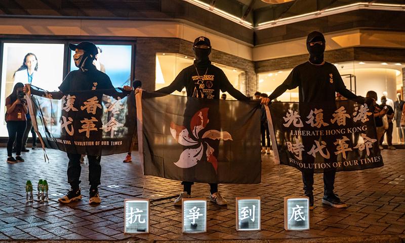 Những người biểu tình chống chính phủ Hồng Kông tổ chức một buổi cầu nguyện vào ngày 15 tháng 5 để tưởng nhớ một người biểu tình đã chết năm ngoái. Ảnh: Anthony Kwan / Getty
