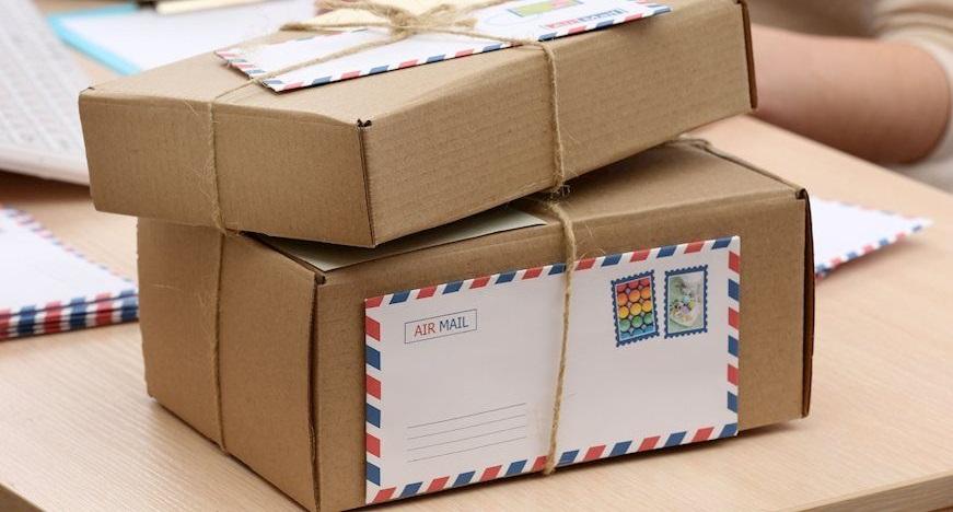 Cậu thanh niên tiện tay lấy luôn vài bưu kiện trị giá vài ngàn tệ