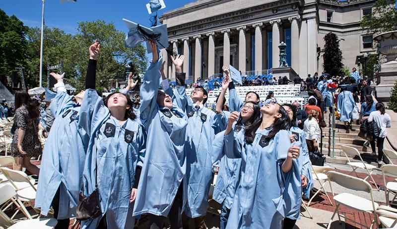 Một nhóm sinh viên Trung Quốc dự lễ tốt nghiệp tại Đại học Columbia ở New York, Mỹ năm 2016. (Ảnh: Xinhua)
