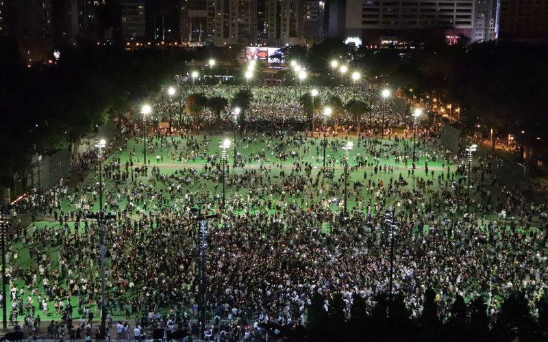 Hàng ngàn người Hồng Kông tổ chức buổi thắp nến tưởng niệm những nạn nhân của cuộc Thảm sát Thiên An Môn tại Công viên Victoria.