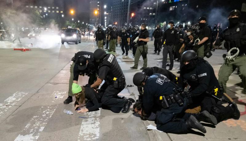 Cảnh sát bắt giữ người biểu tình tại Mỹ.