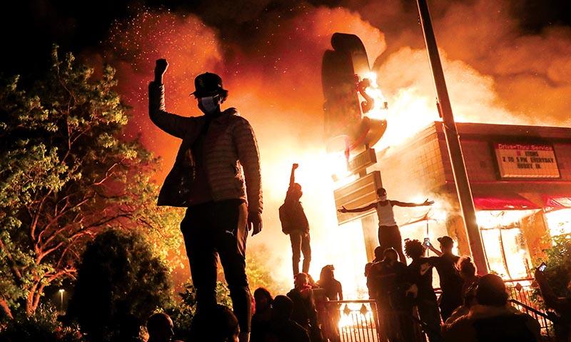 Làn sóng phản đối và bạo loạn đang lan rộng tại nhiều thành phố của nước Mỹ sau cái chết của người Mỹ gốc Phi Floyd trong tay cảnh sát.