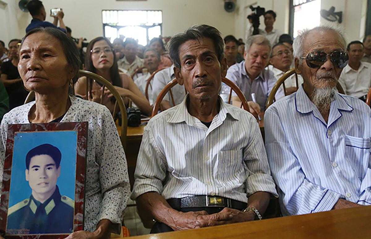 Từ trái qua, người đại diện của ông Thám cùng ông Chinh và ông Đệ tại buổi xin lỗi tháng 10/2019. (Ảnh qua vnexpress)