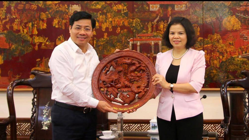 Ông Dương Văn Thái, Chủ tịch UBND tỉnh Bắc Giang (trái) và bà Nguyễn Hương Giang, Chủ tịch UBND tỉnh Bắc Ninh cùng thỏa thuận chủ trương xây dựng các cầu vượt sông, kết nối 2 tỉnh. (Ảnh qua baogiaothong)