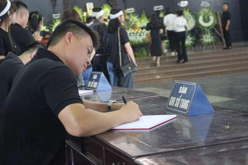 BTV Quang Minh tại tang lễ MC Diệu Linh. (Ảnh qua tienphong)