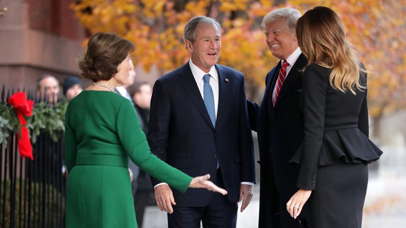Cựu đệ nhất phu nhân Laura Bush và cựu Tổng thống George W. Bush chào Tổng thống Donald Trump và Đệ nhất phu nhân Melania Trump bên ngoài Nhà Blair ở Washington.