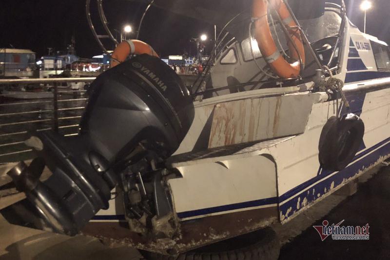 Chiếc xuồng được đưa lên bờ sau khi xảy ra tai nạn. (Ảnh qua vietnamnet)