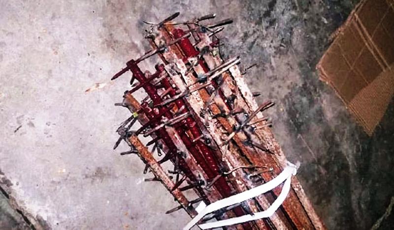 Vũ khí mà quân đội ĐCSTQ dùng để tấn công binh lính Ấn Độ, là một số thanh sắt buộc lại với nhau và phía trên được hàn thêm rất nhiều những chiếc đinh gỉ.
