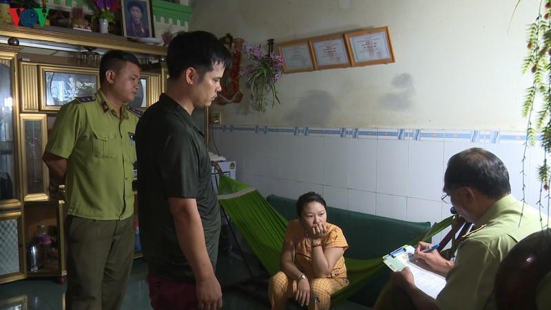 Cơ quan chức năng lập biên bản xử lý hộ gia đình ông Phạm Văn Hà. (Ảnh qua VOV)