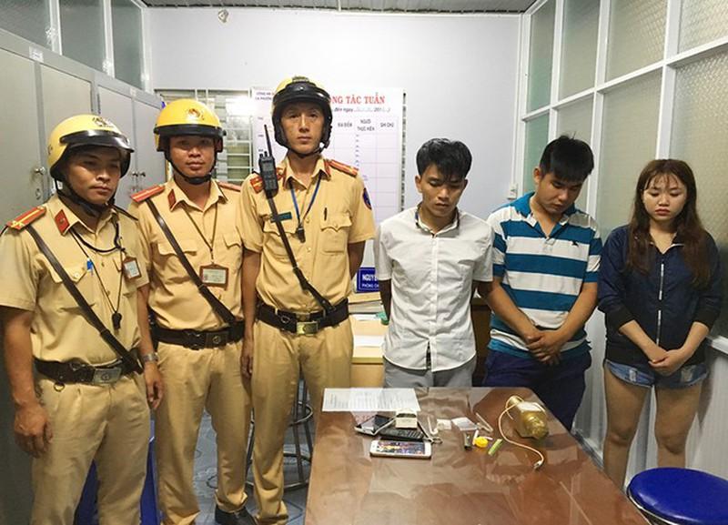 Đội CSGT quận 12 đã bắt được 3 người có giấu ma túy đá. (Ảnh qua plo)