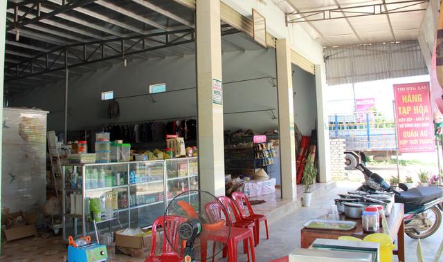 Cửa hàng tạp hóa của một hộ nghèo tại xóm Quỳnh 2. (Ảnh qua toquoc)