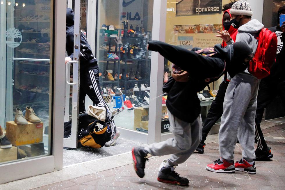 Không ít người đã nhân cơ hội ngang nhiên cướp bóc các cửa hàng và nhiều cơ sở như của CNN, Louis Vuitton, Gucci, Apple... bị cướp công khai.