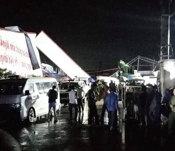 Lực lượng chức năng tiến hành cứu hộ cứu nạn tại khu nhà xưởng bị sập. (Ảnh qua ntdvn)