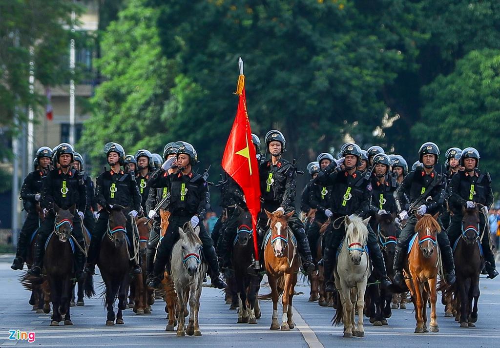 Đoàn CSCĐ Kỵ binh có buổi diễu hành ở quảng trường Ba Đình (Hà Nội) và Nhà Quốc hội sáng 8/6 với những chú ngựa được nhập khẩu từ Mông Cổ. (Ảnh qua Zing)