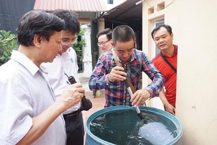 Đoàn công tác của Sở Y tế Hà Nội kiểm tra công tác phòng chống sốt xuất huyết tại Phúc Thọ. (Ảnh qua anninhthudo)