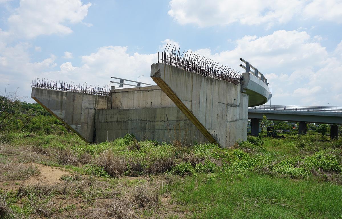Một nhánh cầu thuộc điểm đầu dự án BOT đường nối Võ Văn Kiệt thi công dang dở. (Ảnh qua tuoitre)