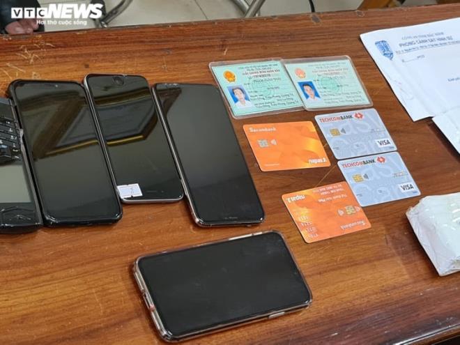 Điện thoại và thẻ ATM được Phạm Xuân Thái cùng đồng bọn dùng để hoạt động lừa đảo. (Ảnh qua vtcnews)