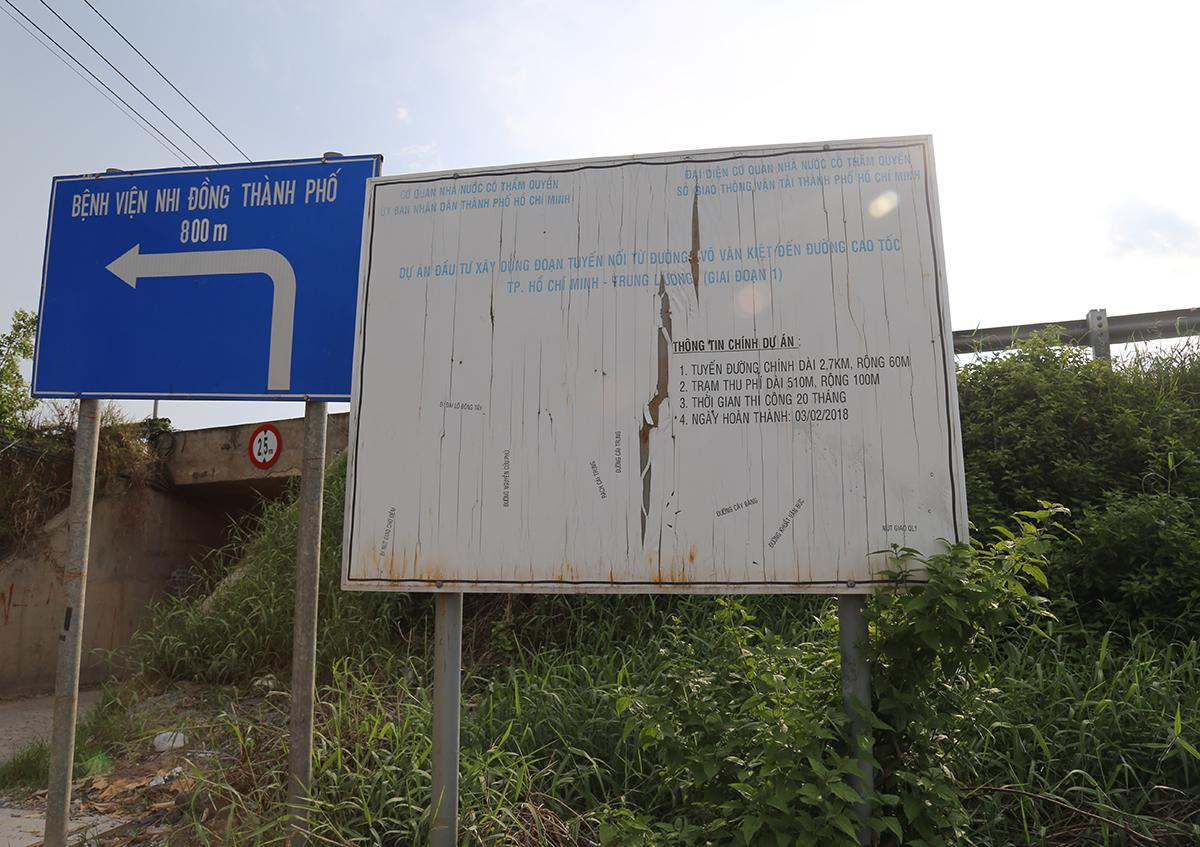 Bảng thông tin dự án nằm ở đường dẫn lên cao tốc TPHCM - Trung Lương đã xuống cấp theo thời gian. (Ảnh qua dantri)