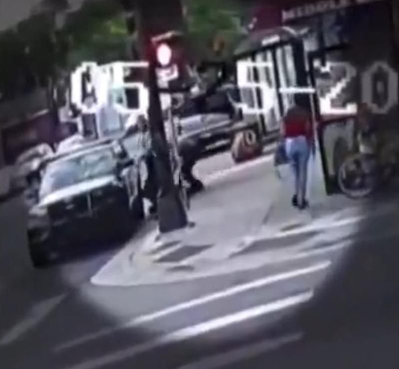 Ảnh chụp màn hìnhi cho thấy Floyd đã ngã xuống ở phía sau bên TRÁI xe cảnh sát.